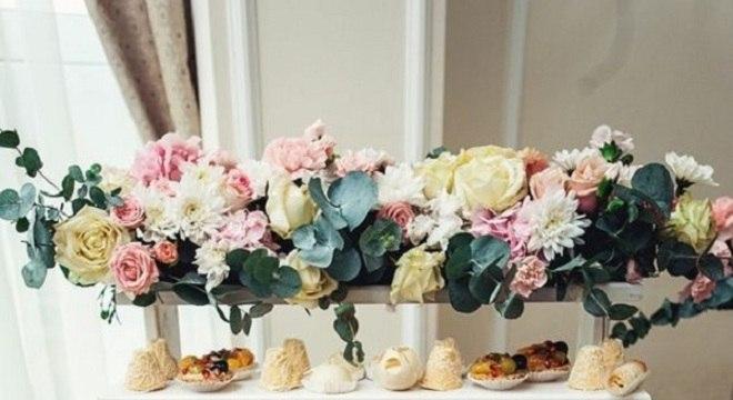 arranjo de flores para mesa de guloseimas simples e diferente