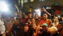 Arrascaeta visita Rocinha, bate bola com moradores e gera aglomeração