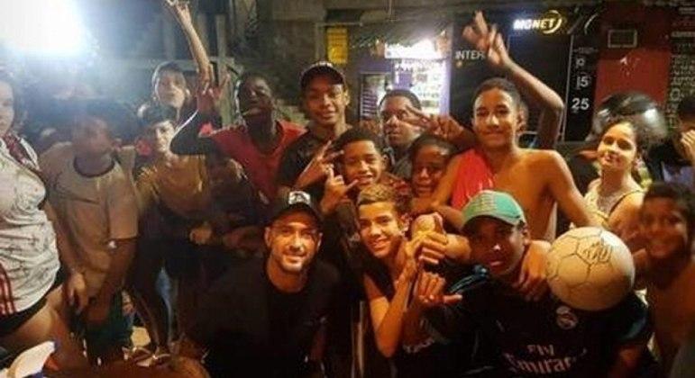 Sem máscara, Arrascaeta visita favela da Rocinha e gera aglomeração