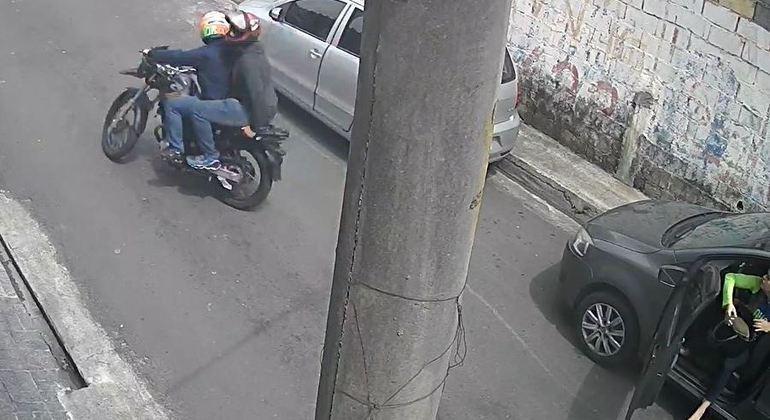 Homens na moto levam pertences da vítima que entrava em carro