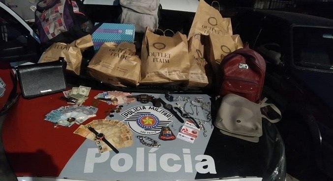 Foram encontrados cerca de R$ 2.300 e outros objetos de valor