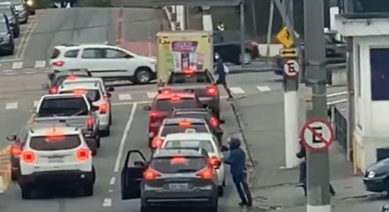 Criminosos fazem arrastão a motoristas parados em semáforo de avenida de SP
