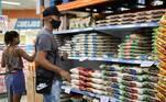 A inflação oficial registrou o maior patamar para o mês de novembro em cinco anos, de acordo com o IPCA (Índice Nacional de Preços ao Consumidor Amplo), divulgado pelo IBGE (Instituto Brasileiro de Geografia e Estatística) na terça-feira (8).A taxa deste mês ganhou ritmo em relação a outubro (0,86%) e ficou em 0,89%, puxada principalmente pela alta nos preços dos alimentos e combustíveis. Antes disso, só novembro de 2015 tinha registrado resultado maior: 1,01%