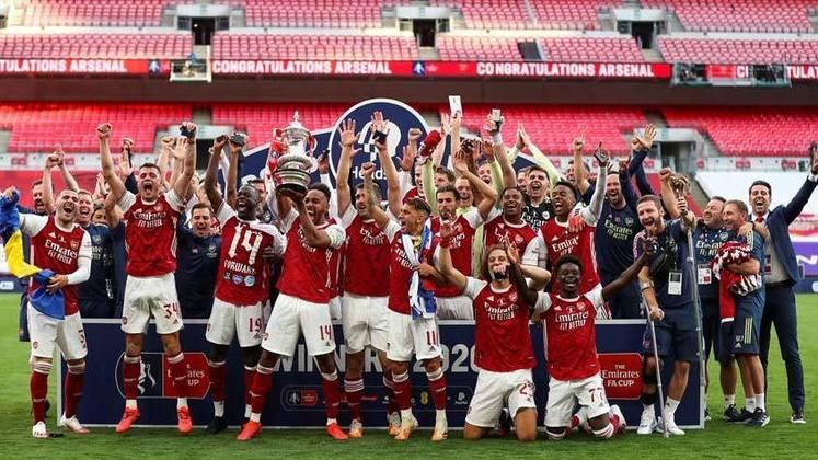 Arsenal (8 títulos) - O Arsenal foi campeão oito vezes, sendo 4 Supercopas da Inglaterra e 4 Copas da Inglaterra.