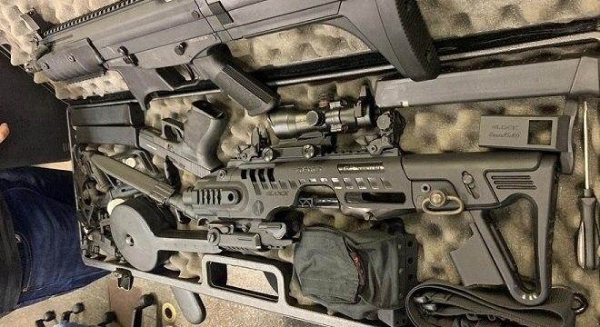 Entre os armamentos tinha um fuzil calibre .556