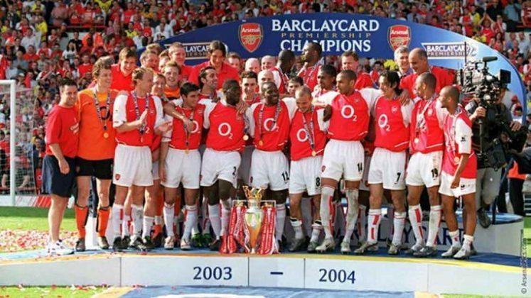 Arsenal - No grande ano da carreira do craque francês Thierry Henry, os Gunners conquistaram a Premier League 2003/2004 de maneira invicta, com a campanha de 26 vitórias e 12 empates em 38 jogos. A equipe terminou com 90 pontos, onze a frente do vice-campeão Chelsea