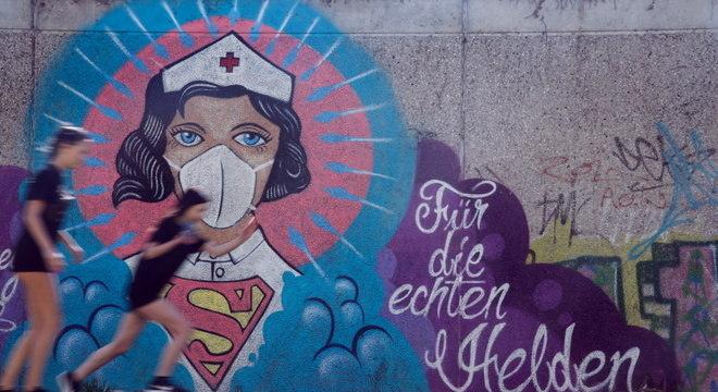 Mural homenageia enfermeiros em Hamm, Alemanha: milhares doentes