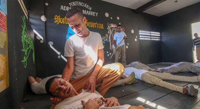 """Detentos do presídio """"Adriano Marrey"""" em cena de """"O Auto da Compadecida"""""""