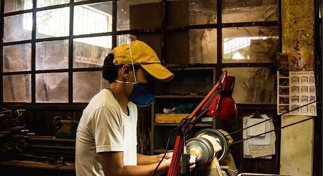 Artesãos estão empreendendo no mercado online com a ajuda de ONG