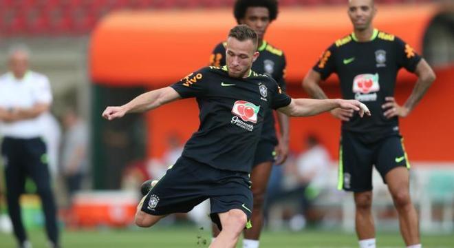 Arthur tem personalidade, talento e vigor físico para ser titular da Seleção
