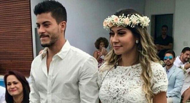 Arthur Aguiar e Mayra Cardi durante casamento surpresa preparado pela influenciadora