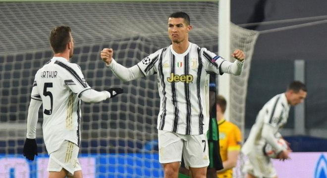 Arthur e Cristiano Ronaldo em jogo da Juventus