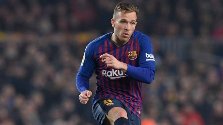 Arthur: Destaque no Grêmio, o volante foi para o Barcelona e é outro que defende a Seleção Brasileira. Pelo clube espanhol, o jogador tem disputa por posição no meio-campo com grandes jogadores, mas é titular com frequência.