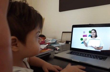 Arthur acompanha aula por vídeo