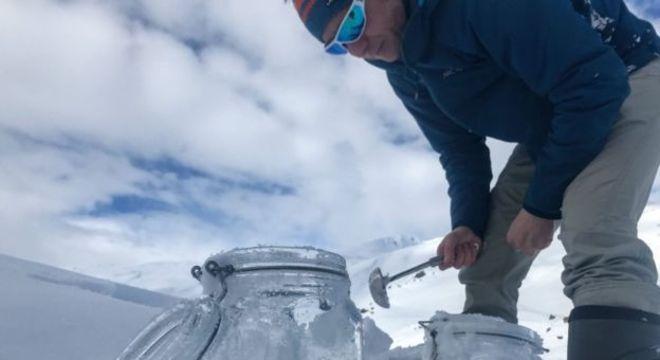 Pesquisadores encontraram mais de 10 mil partículas por litro de neve derretida