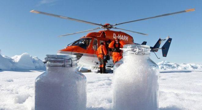 Os cientistas coletaram amostras de neve usando colheres de sobremesa e frascos