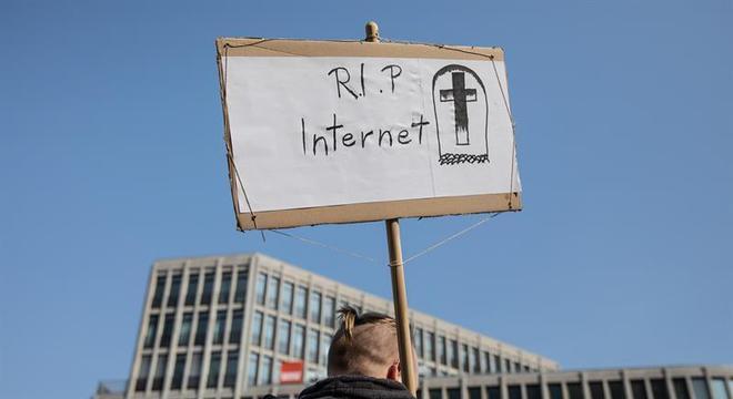 Manifestante contra o Artigo 13 em Berlim, antes da votação no Parlamento Europeu