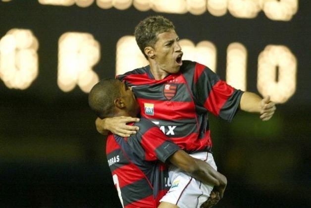 Artilheiro do Brasileirão de 2003 com a camisa do Goiás, o atacante Dimba defendeu o Flamengo entre 2004 e 2005 e decepcionou, fazendo menos gols que o esperado. Foi para o São Caetano.