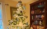 Na decoração natalina, o papel higiênico aparece enrolado nos galhos para imitar a neve