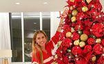 Outra celebridade que preparou a casa para o Natal foi Deborah Secco, que posou sorridente ao lado da árvore vermelha