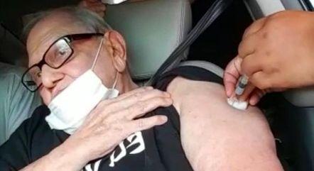 Ary Toledo sendo vacinado contra a covid-19