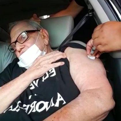 O humorista Ary Toledo, de 83 anos, foi vacinado, no dia 4 de março, contra a covid-19 dentro do carro, em um posto que funciona comodrive-thru: