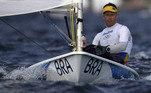 Às 00h05, começa mais um dia de regatas na vela. No masculino, Robert Scheidt defende o Brasil na classe laser.