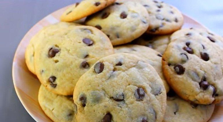 As crianças costuma adorar comer cookies e você pode colocar itens que deixem ainda mais saborosos, como M&M ou amendoim.
