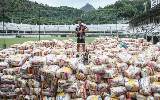As doações, dele, de patrocinadores e de torcedores, serão revertidas em cestas básicas para comunidades carentes e funcionários do Flu com menores salários.