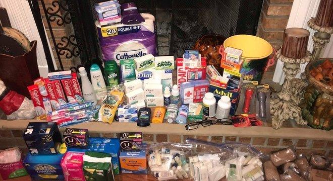 As doações incluíam papel higiênico, pasta de dente, lâmina de barbear, lanterna, kits de primeiros socorros, remédios, entre outros itens