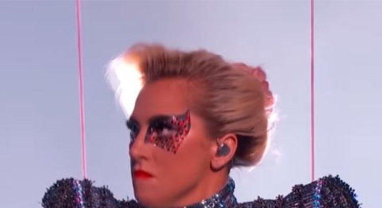 As expectativas do show de Lady Gaga foram correspondidas com sucesso. Ela iniciou o espetáculo do telhado e se jogou para o palco rodeado pelo público. A NFL e ABC, em lista sobre melhores performances da história do halftime show, colocaram como a melhor apresentação realizada por uma artista mulher.
