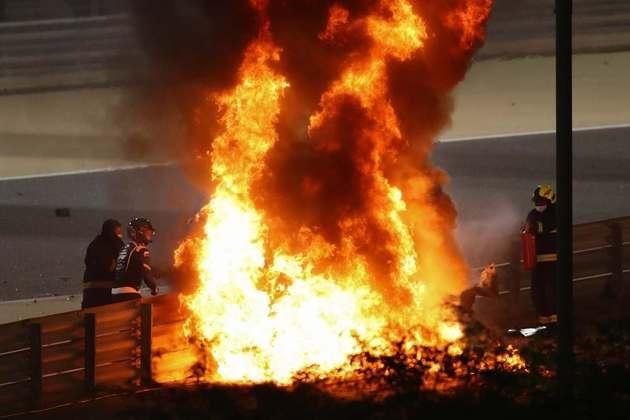 As labaredas de fogo imediatamente após o acidente.