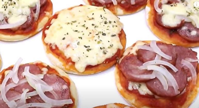 As mini pizzas são uma ótima opção para quem quer praticidade e também variedade, já que você consegue colocar sabores diferentes em cada uma delas.
