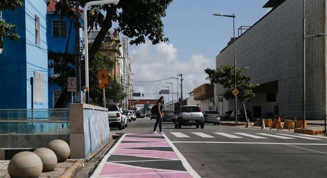 As novas faixas ganharam cores e vão auxiliar na travessia dos pedestres