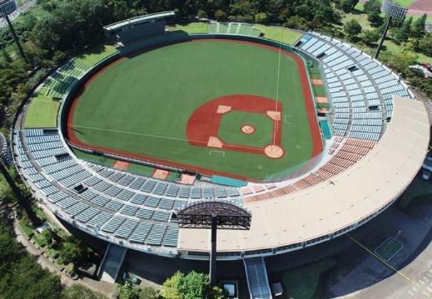As partidas de softbol e beisebol serão disputadas no estádio Azuma, em Fukushima. A instalação está dentro de um complexo do parque esportivo municipal, que contém também áreas de lazer.
