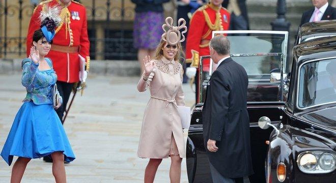 As princesas Beatrice e Eugenie, aqui retratadas durante o casamento de William e Kate, não trabalham ativamente como realeza