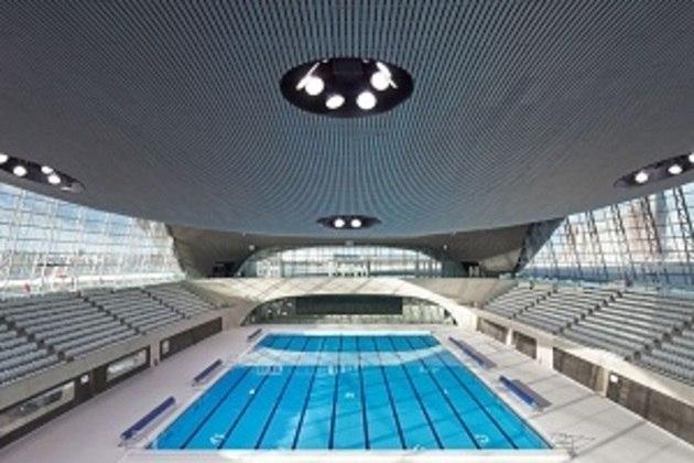 As provas de natação, saltos ornamentais e nado sincronizado serão no Centro Aquático de Tóquio. A estrutura encontra-se em um parque à beira-mar e deve ser aproveitada pós-Jogos.