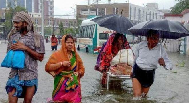 As regiões mais afetadas são duas áreas muito populosas, localizadas próximas a dois rios que transbordam devido às chuvas