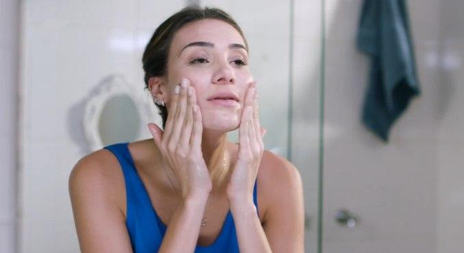 Asepxia recomenda lavar rosto duas vezes ao dia com sabonete de limpeza profunda