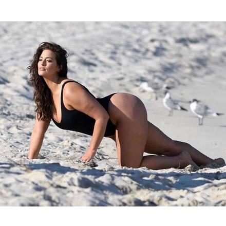 """Ashley Graham tem 6,5 milhões de seguidores no Instagram. A modelo se define como """"ativista do corpo"""" e sempre posta fotos sem retoque. Com capas de Vogue e Glamour no currículo, a top americana faz palestras pelo mundo inspirando mulheres de todas as idades. Ashley tem como missão principal disseminar que as garotas amem seus corpos como eles são. Foi a primeira manequim 46 a ser capa da icônicaSports Illustrated, antes só ocupada por modelos tamanho 36"""