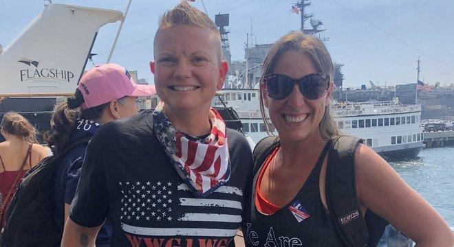 Babbitt (à direita) em um desfile de barco em homenagem a Trump, vestindo uma camisa com a insígnia QAnon