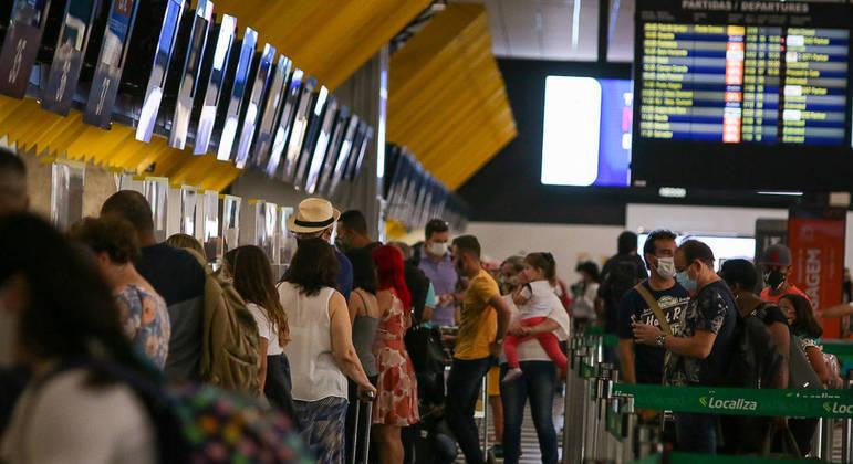 Governo restringe entrada de estrangeiros para frear avanço da covid-19 no Brasil