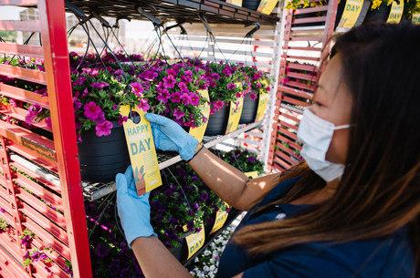 Vasos de flores sendo preparados