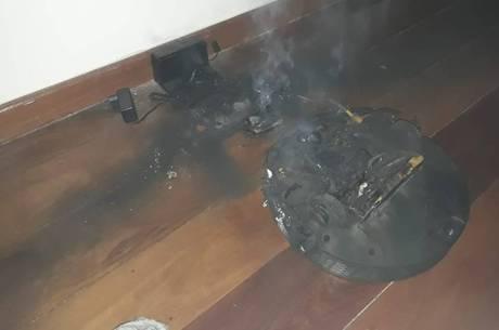 Imagem mostra o robô aspirador destruído