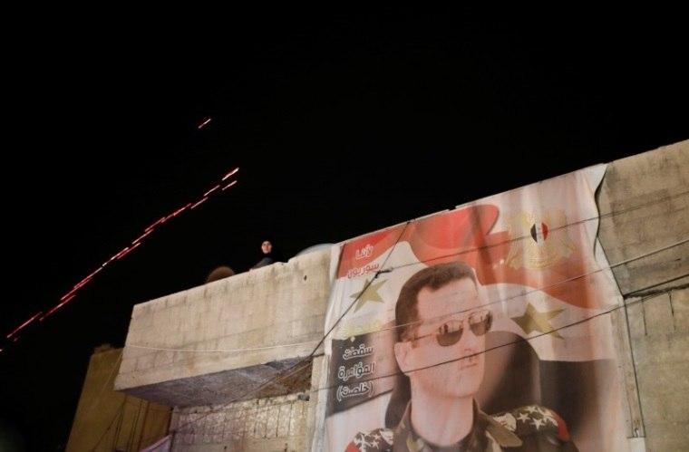 Tropas de Assad voltam a içar bandeira síria em Douma