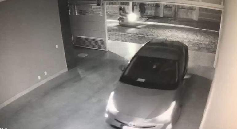 Bandidos abordam a vítima no momento em que ela estaciona o carro na garagem