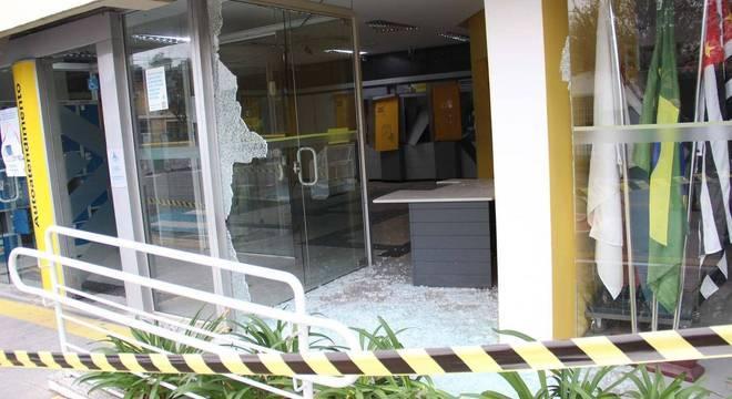 Agências bancárias foram atacadas durante a madrugada em Guararema