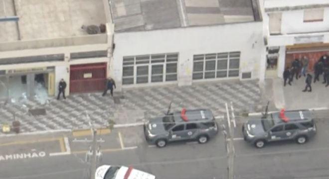 Suspeitos assaltam agência do Banco do Brasil e fazem refém na zona oeste de SP
