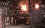 Os criminosos destruíram as agências para praticar os roubos utilizando explosivos. A ação começou por volta de meia-noite