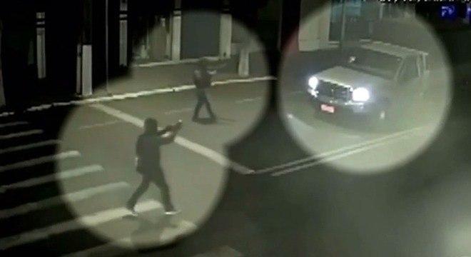 Assaltantes armados rendem motorista durante assalto a bancos em Floraí (PR)